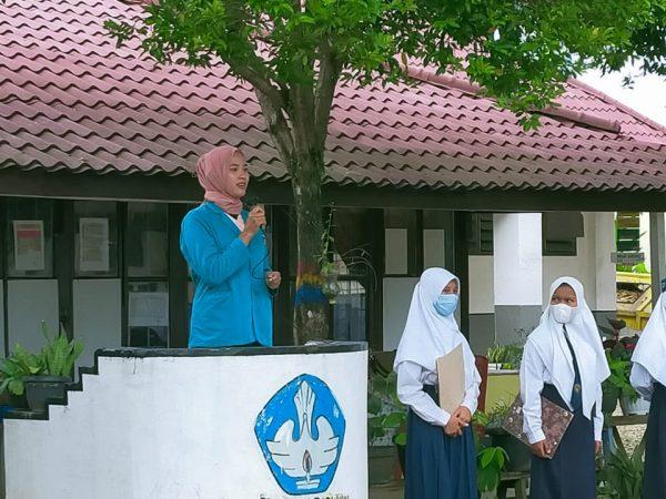 Mahasiswi PPL STKIP Padang Lawas Jadi Pembina Upacara